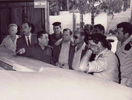 משה דיין מבקר בפרויקט טנק המרכבה בתחילת שנות ה-70
