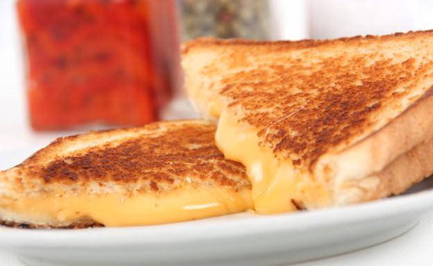 טוסט גבינה צהובה (צילום: Ju-Lee, Istock)