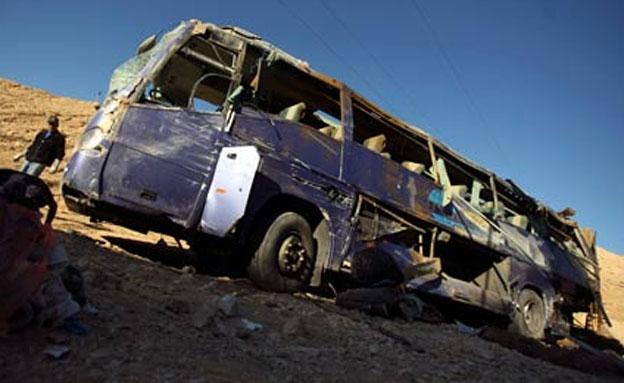 האוטובוס שהתהפך בכביש 12 (צילום: רויטרס)