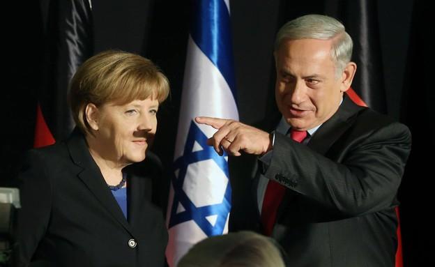 צל שפם על פניה של אנגלה מרקל מאצבעו של בנימין נתני (צילום: מארק ישראל סלם, The Post)