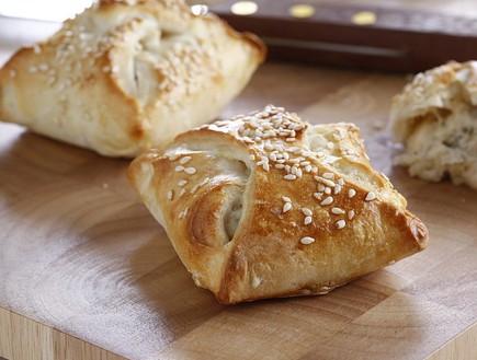 מאפה בלקני במלית גבינה וחציל קלוי (צילום: אפיק גבאי, אוכל טוב)