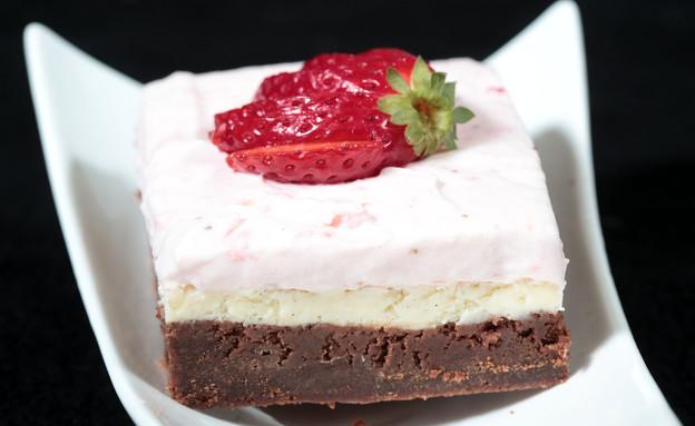 בראוניז שוקולד עם קרם גבינה ותות שדה (צילום: עודד קרני, אוכל טוב)