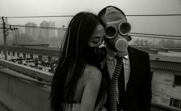 """חתן וכלה מסין עם מסיכות אב""""כ (צילום: Quirky china news)"""