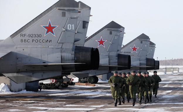 יתקפו את אוקראינה? חיילים רוסים (צילום: רויטרס)