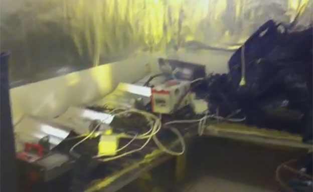 צפו במעבדת הסמים בדירה (צילום: חטיבת דובר המשטרה)