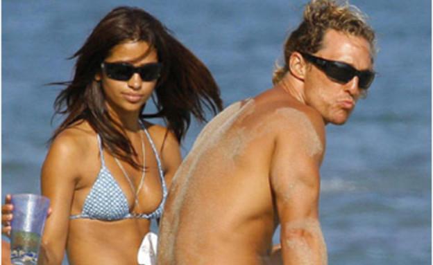 מתיו מקונוהיי וקמילה אלבס (צילום: weblo.com)