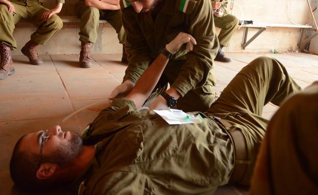 טיפול רפואי בחייל (צילום: במחנה)