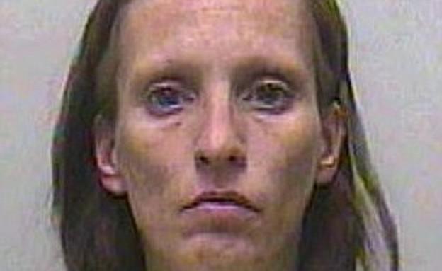 אחת הנשים בכנופיית המלאכיות (צילום: dailymail.co.uk)