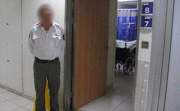 המאבטח מחוץ לחדרה של הקשישה (צילום: דורי בן ישראל)