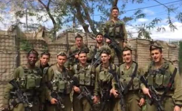 """כפיר מברכים את המתגייסים (תמונת AVI: דובר צה""""ל)"""