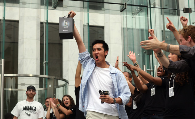 מעריץ של אפל קונה אייפון (צילום: Michael Nagle, GettyImages IL)