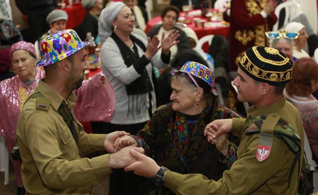 חיילי כפיר חוגגים פורים עם קשישים בירושלים (צילום: הקרן לידידות)