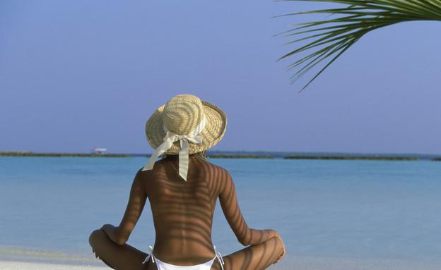 אישה על החוף (צילום: אימג'בנק / Thinkstock)