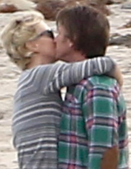 שון פן ושרליז ת'רון מתנשקים (צילום: AKM-GSI / Splash News, Splash news)