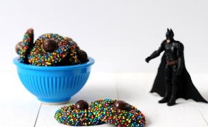 עוגיות שוקולד עם סוכריות צבעוניות (צילום: שרית נובק - מיס פטל, אוכל טוב)