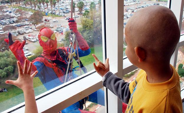 צפו: גיבור העל משמח את הילדים (צילום: דוברות מרכז שניידר)