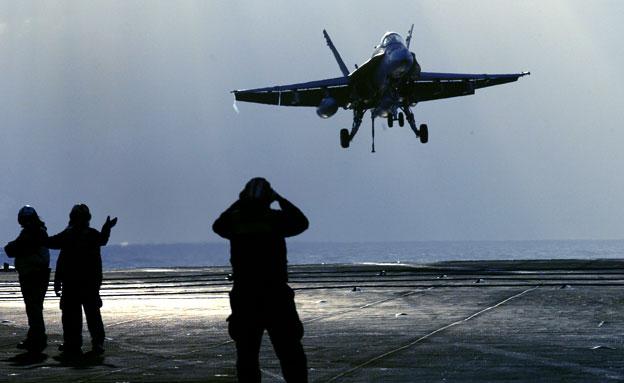 חיילים אמריקאים, מטוס (צילום: AP)