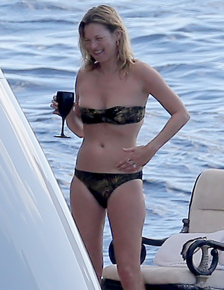 קייט מוס בביקיני (צילום: Splash News, Splash news)