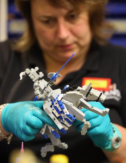 אישה בונה יצור מלגו (צילום: Oli Scarff, GettyImages IL)