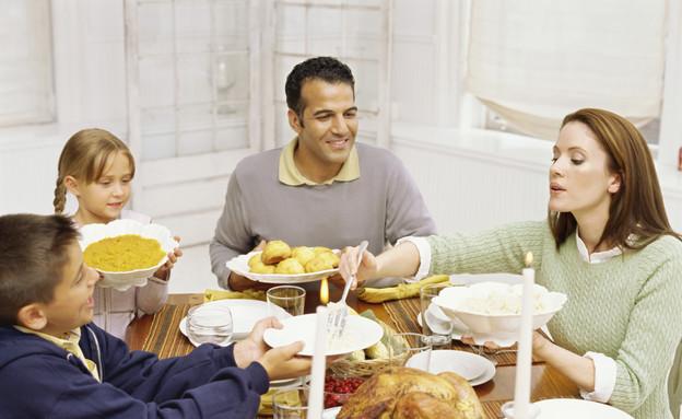 משפחה אוכלת ארוחת ערב ביחד (צילום: אימג'בנק / Thinkstock)