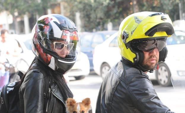 מיכל אמדורסקי וג'פרי עם הכלב (צילום: ברק פכטר)