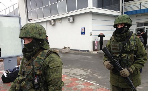 חיילים רוסים לא מזוהים (צילום: אליזבת ארוט)