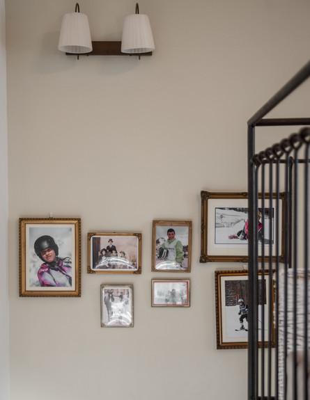 מרב חביב, מדרגות קיר תמונות גובה (צילום: גלעד רדט)