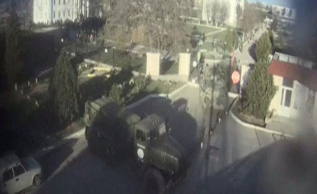 הכוחות הרוסים פורצים לבסיס (צילום: רויטרס)