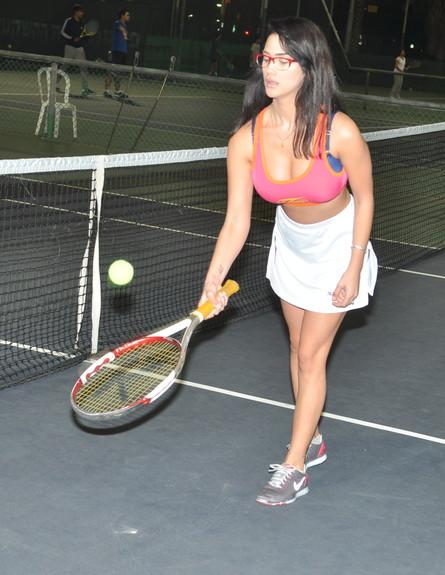 שיר אלמליח משחקת טניס (צילום: צ'ינו פפראצי)