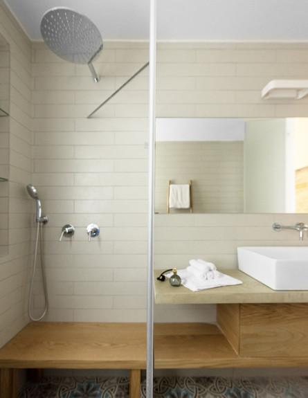צבי ברוק, מקלחת