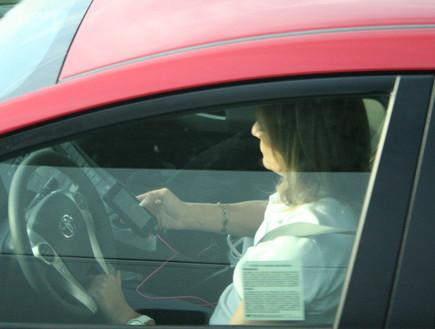 אישה שמסצסת בזמן הנהיגה