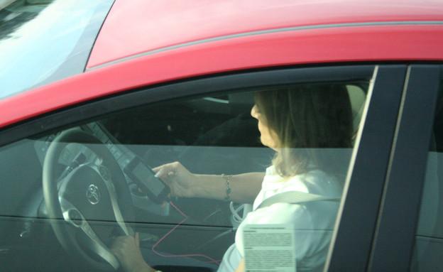 אישה שמסצסת בזמן הנהיגה (צילום: מתוך האתר: Texting while in traffic)