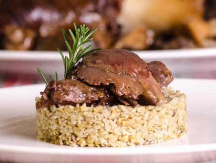 אוסובוקו פטריות וכרישה בתנור לצד פריקי (צילום: יפית בשבקין, אוכל טוב)