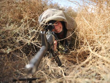 לוחמת איסוף קרבי בעמדת הסוואה