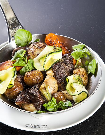 כתף בקר עם ירקות שורש ושום (צילום: אסף אמברם, אוכל טוב)
