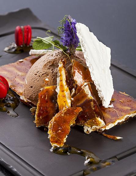 מוס שוקולד עם מצה מקורמלת 2 (צילום: אסף אמברם, אוכל טוב)