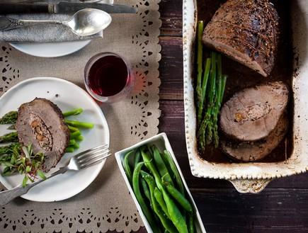 אווזית צלויה ממולאת בבשר , אגוזים ועשבים ירוקים (צילום: דניאל לילה, אדום אדום)