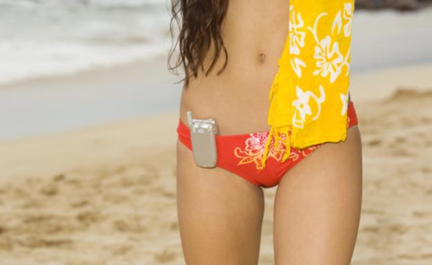 אישה עם סלולרי בים (צילום: אימג'בנק / Thinkstock)