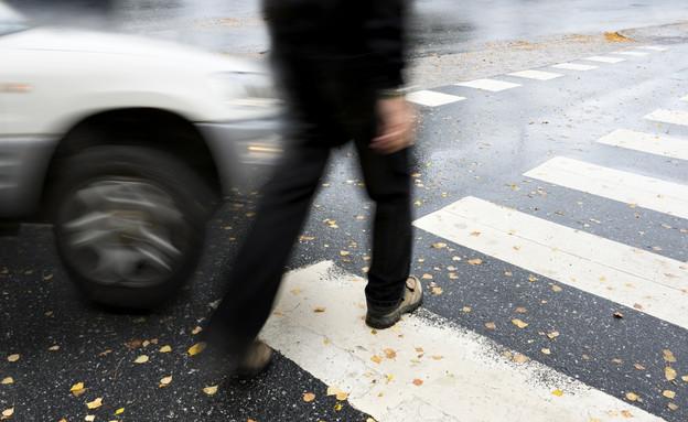 הולך רגל כמעט נפגע מרכב (צילום: אימג'בנק / Thinkstock)