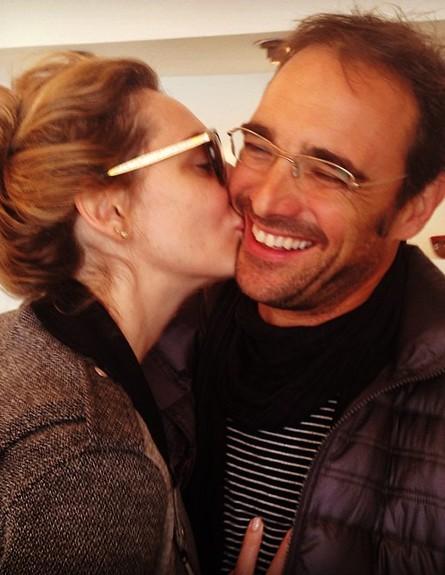 מיכל אנסקי והחבר מתנשקים