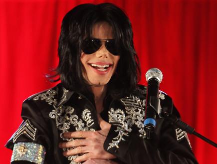 מייקל ג'קסון מחייך (צילום: Tim Whitby, GettyImages IL)