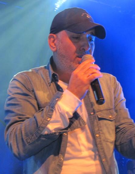 עופר לוי בהופעה (צילום: ניר שבתאי, בטריבונה)