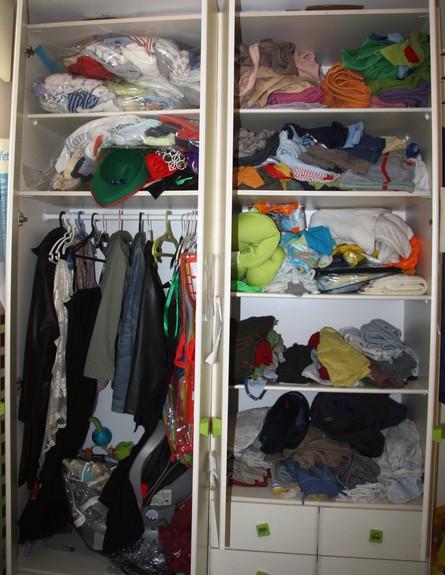 עושים סדר, ארון חדר ילדים פתוח לפני  (צילום: לייה סלה)