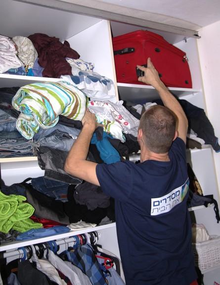 עושים סדר, עובד על ארון חדר שינה גובה (צילום: לייה סלה)