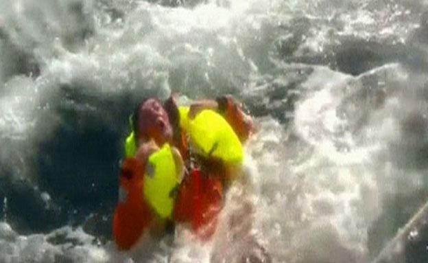 """""""אדם במים"""" - טיילור נאבק בגלים"""