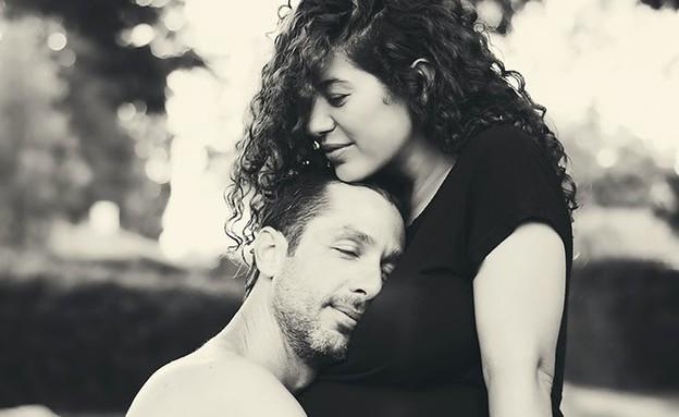 זוג היריוני מתחבק (צילום: ענבר גרושקה, מערכת מאקו הורים)
