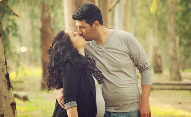 זוג היריוני מתנשק (צילום: ענבר גרושקה, מערכת מאקו הורים)