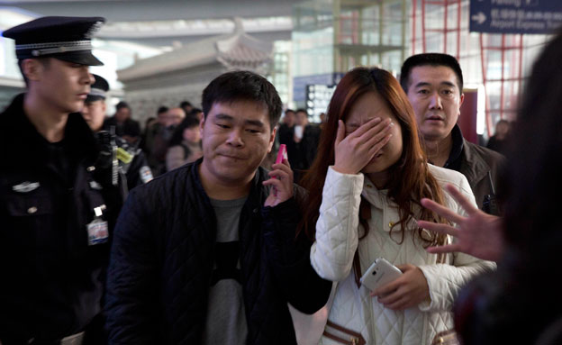 המשפחות עוקבות בדאגה, ארכיון (צילום: AP)