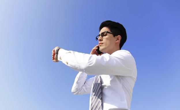 איש מדבר בטלפון בחוץ (צילום: אימג'בנק / Thinkstock)