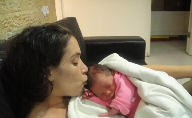 קרן נפתלי והתינוקת אריאל (צילום: עמנואל נפתלי, מערכת מאקו הורים)